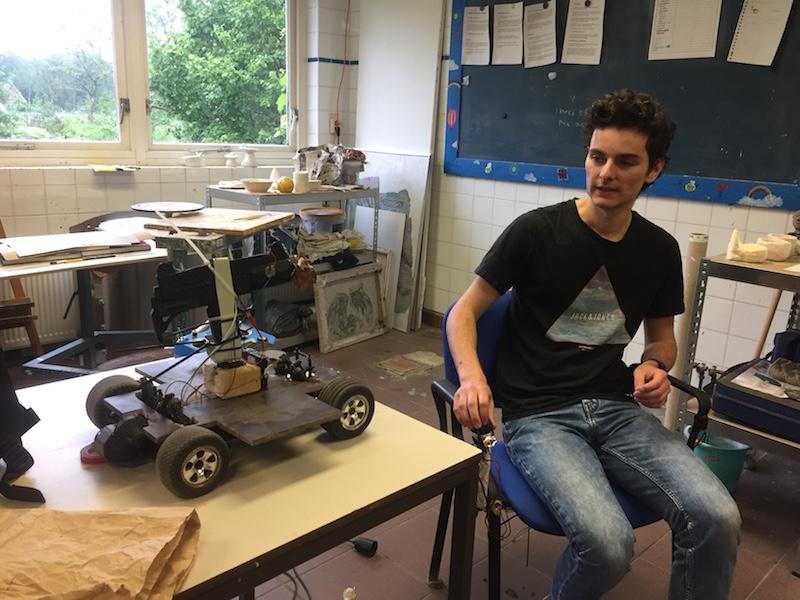 Student Kik presenteert het werk dat hij de afgelopen jaren in de techniekkelder heeft gemaakt